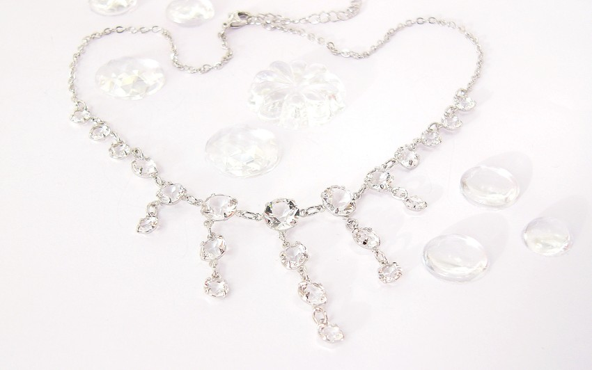 Clear rhinestones necklace.